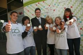 Leonard Orban con alcuni giovani