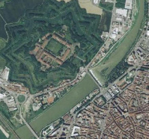 vista aerea della città e della cittadella
