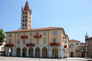 Il campanile di Santo Stefano e il municipio