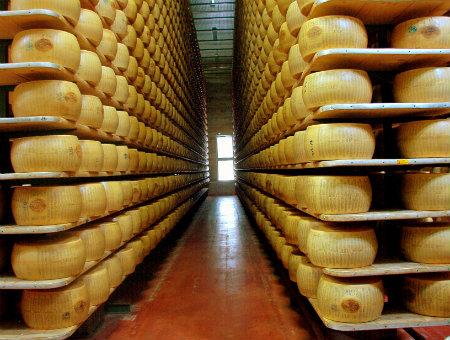 Parmigiano_reggiano_fabbrica